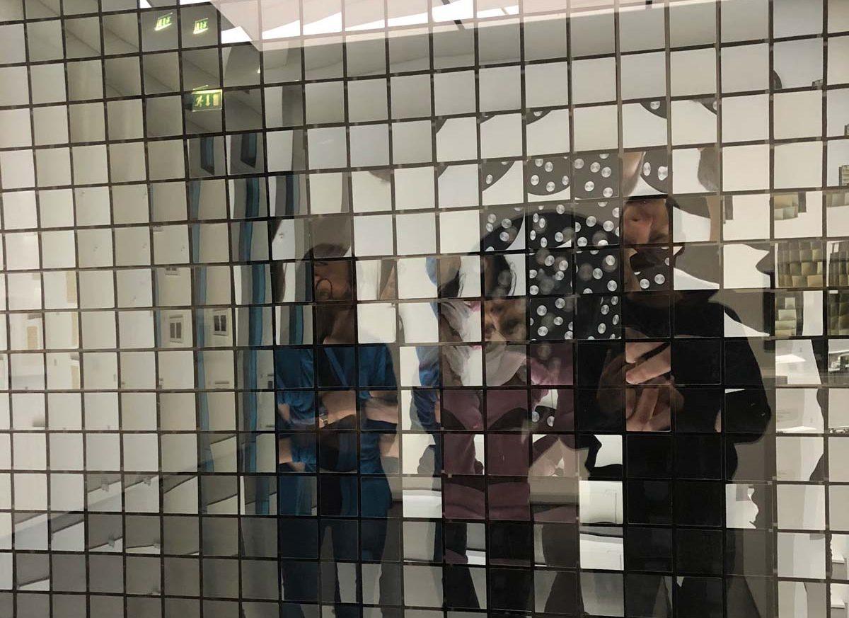 Kunst-Installation aus Hohlspiegeln, Acrylglas und Holz