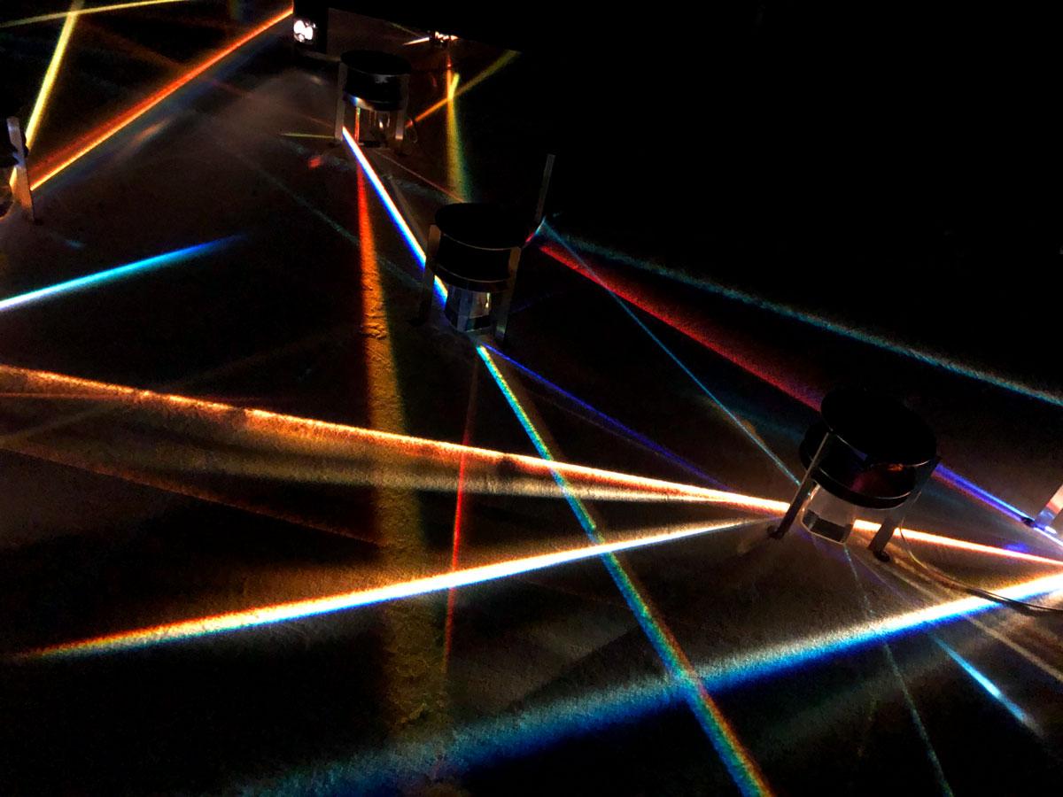 Kunstinstallation aus Lichtprismen und Spiegeln