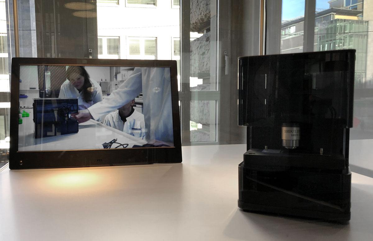 Produktpräsentation eines kompakten schwarzen Mikroskops