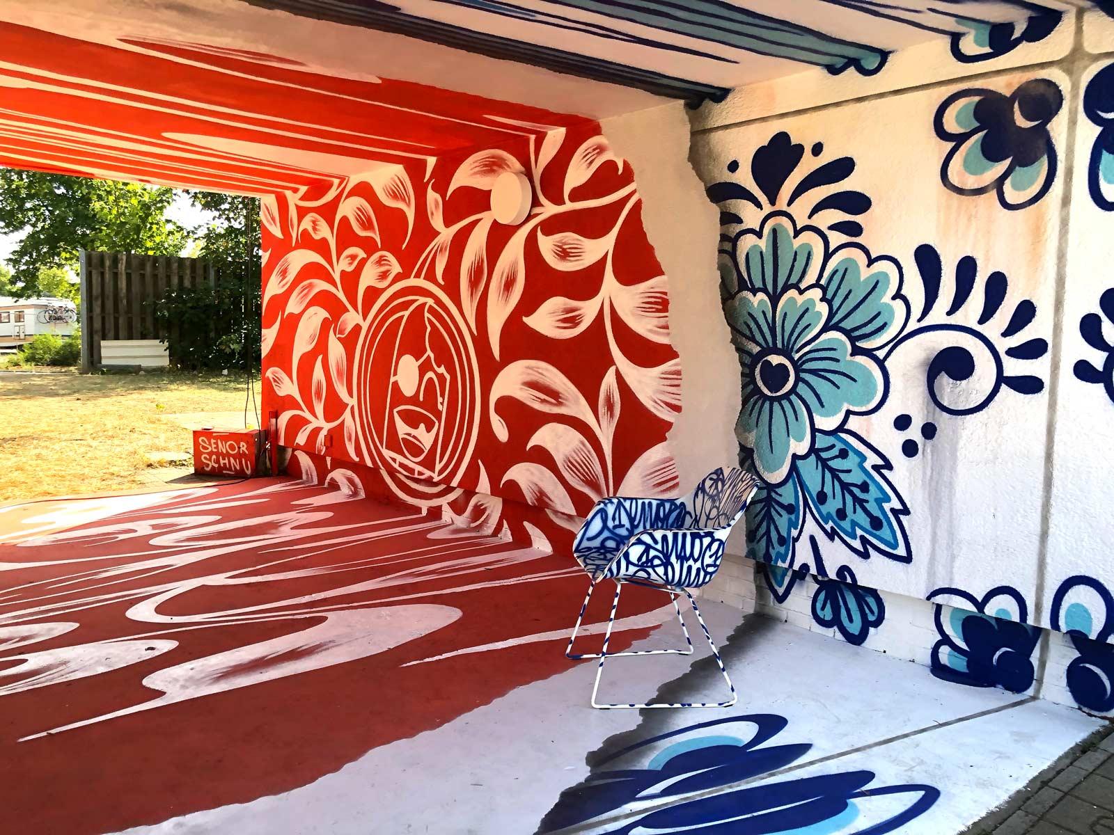 Durchgang mit Kunst an Boden, Wand und Decke