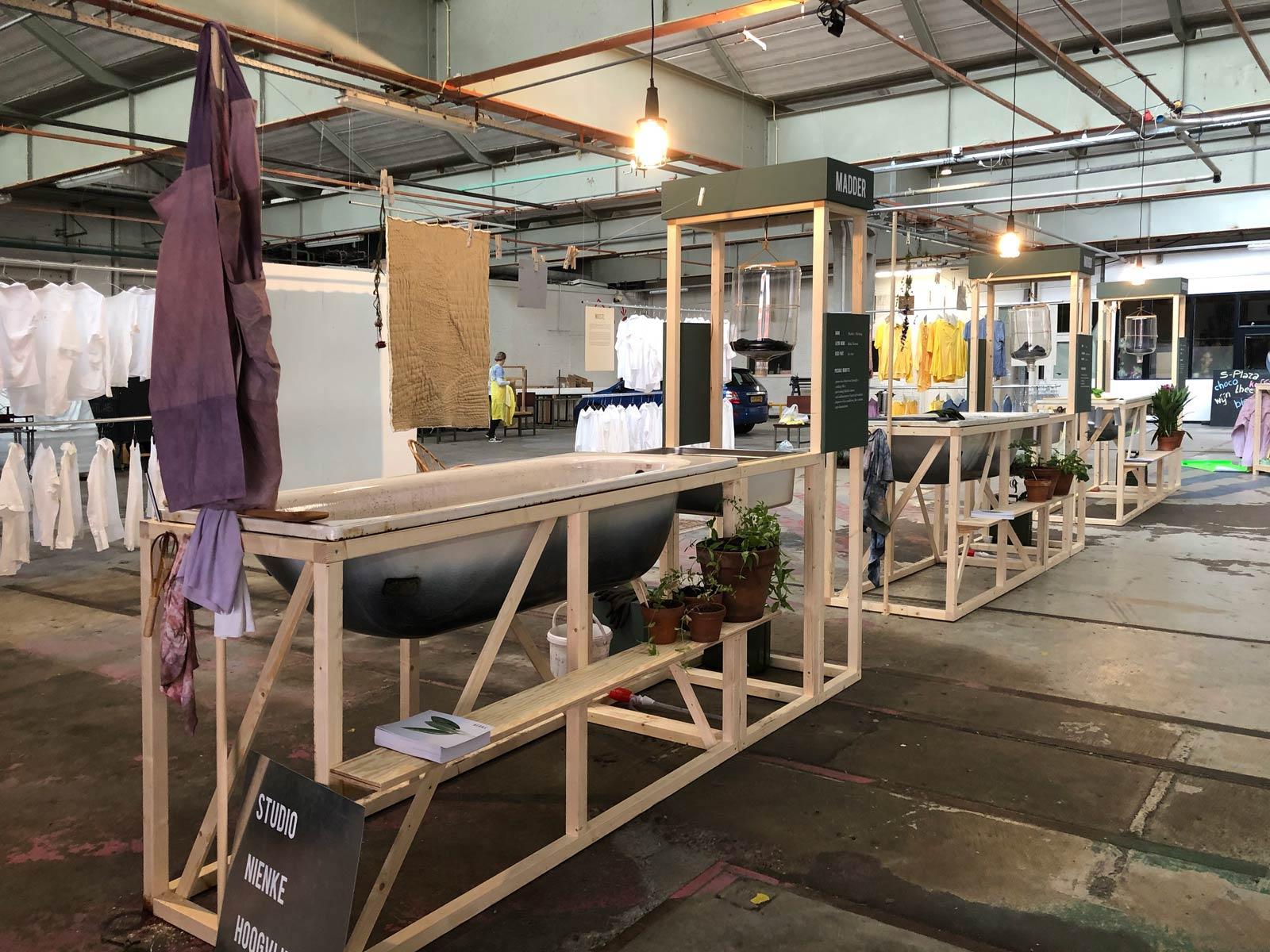 Holzkonstruktion mit Badewanne zum Färben von Stoffen