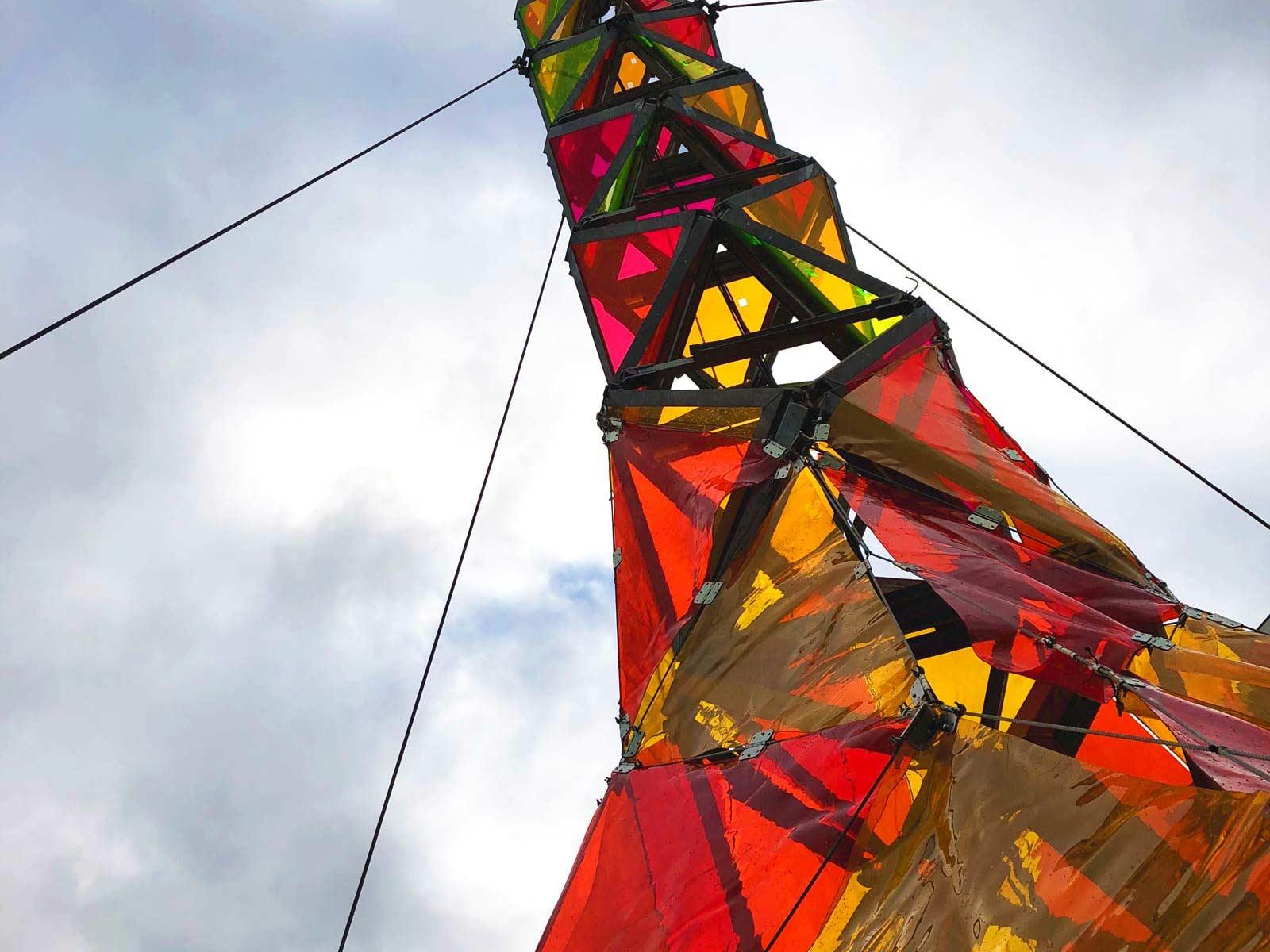 Stahlkonstruktion mit bunten Kunststofffolien