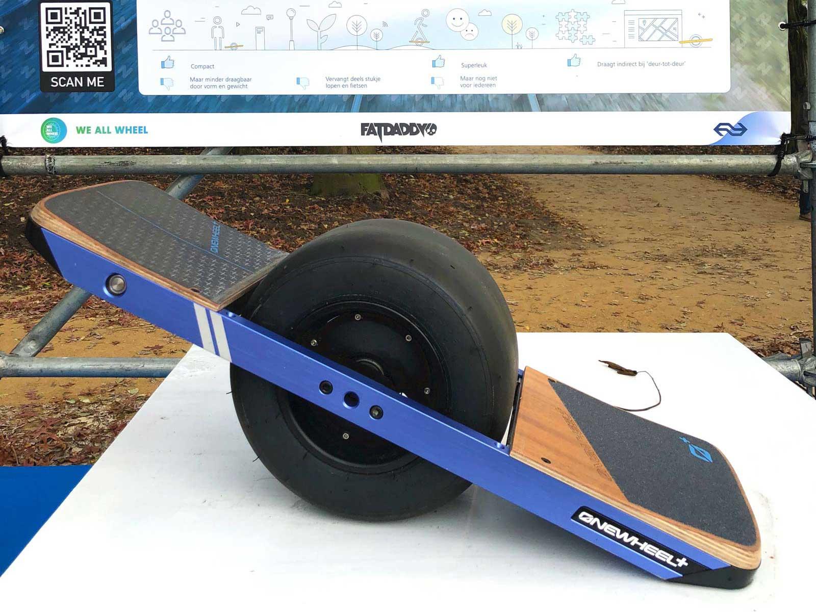 Skateboard mit einem dicken Rad in der Mitte