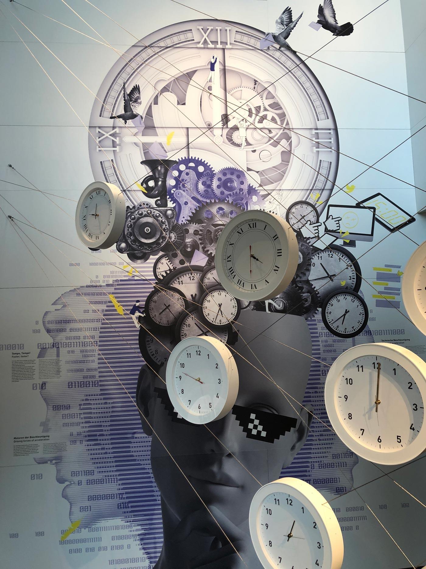 Bunte Pappkartonflächen mit Begriffen zum Thema Produktlebenszyklus