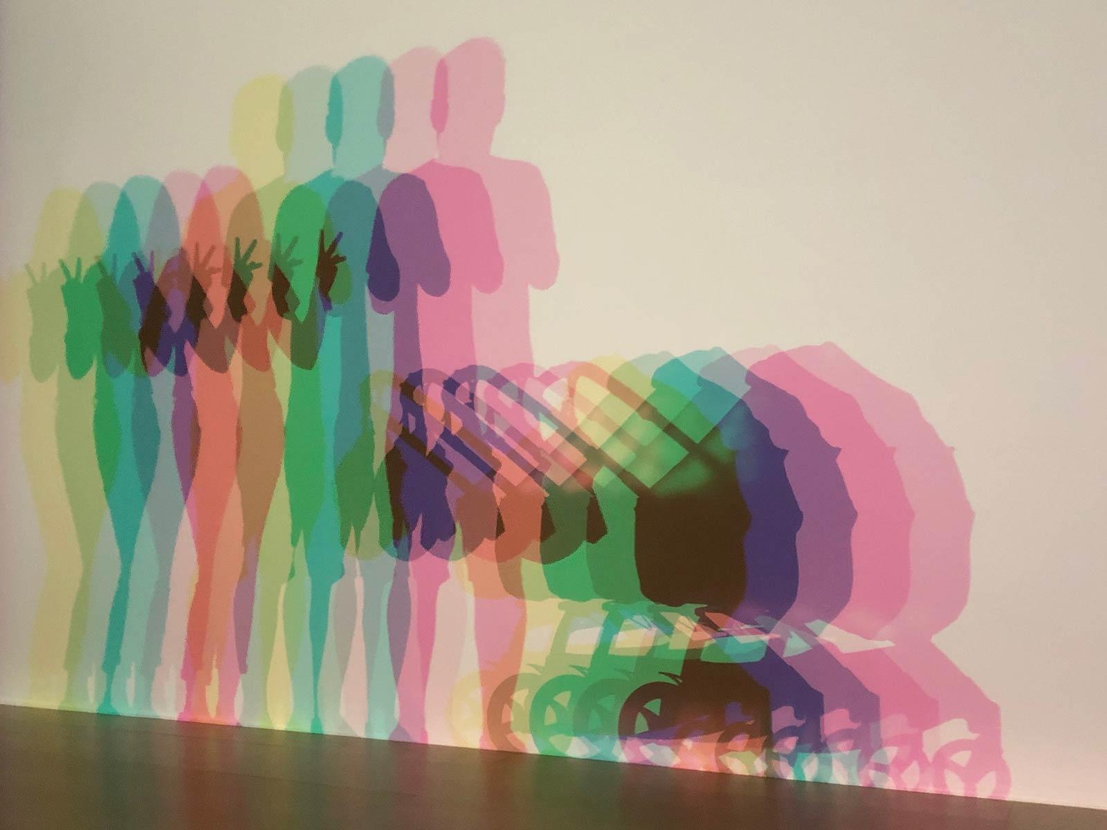 sitzende Menschen bei Kunst-Festival