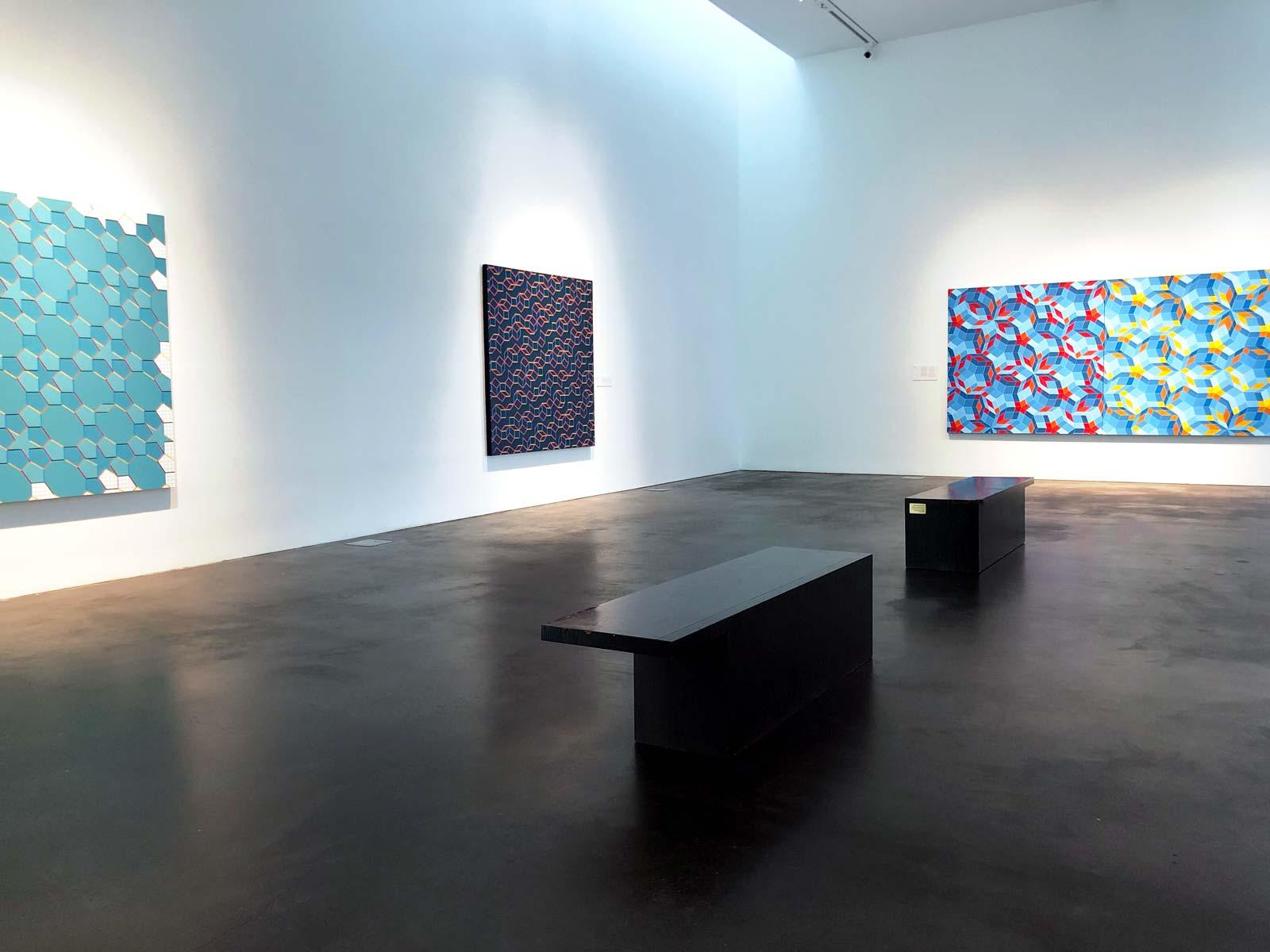 Blick in Ausstellungsraum mit geometrischen Bildern