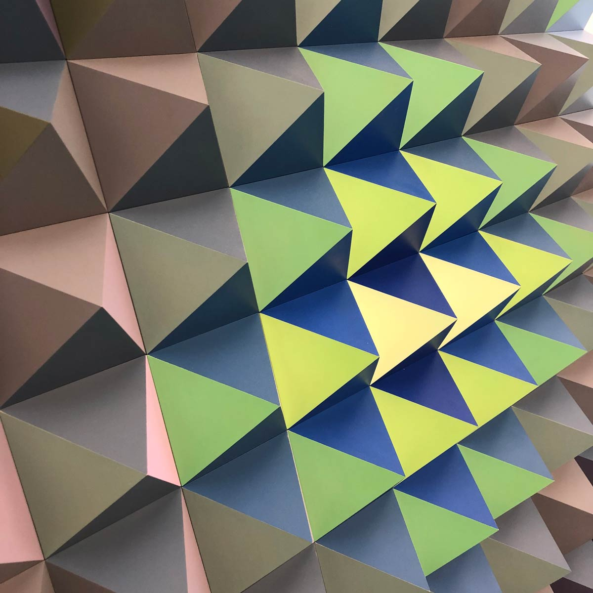 buntes Exponat mit 3D-Effekt aus hervorspringenden Dreiecken