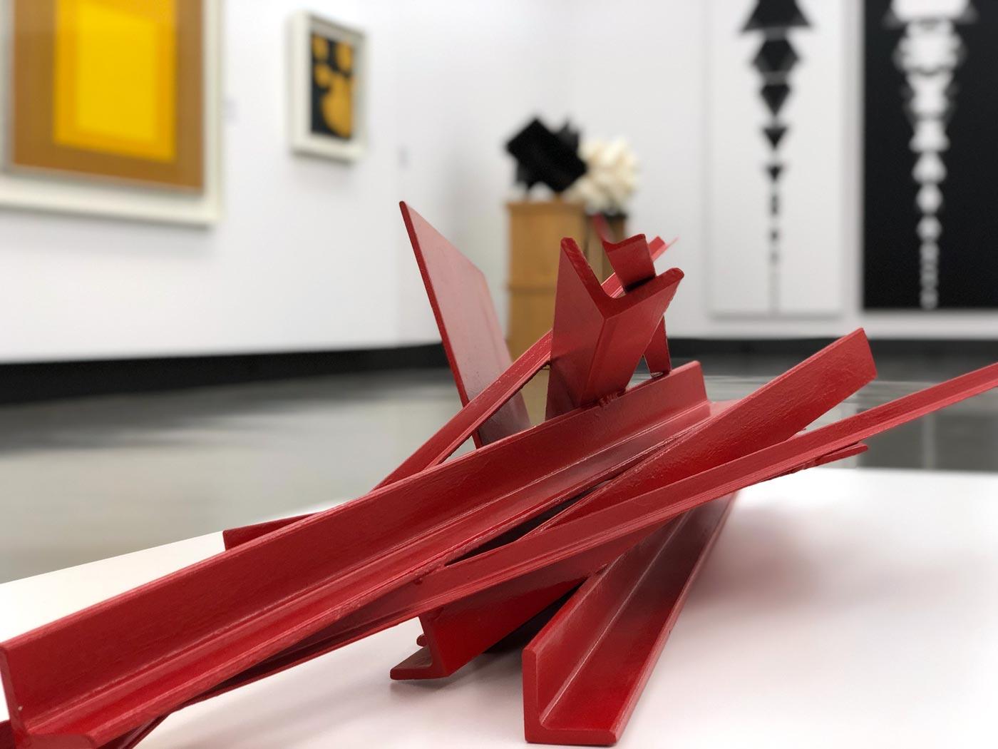 Ausstellungsobjekt aus Metall in Form von Treibholz