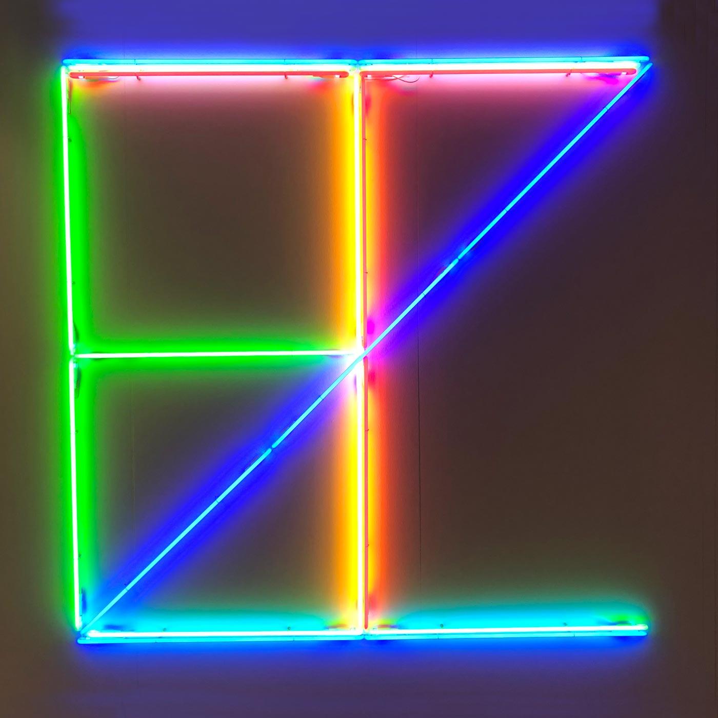 Installation mit farbigen Neonröhren in Form von Buchstaben