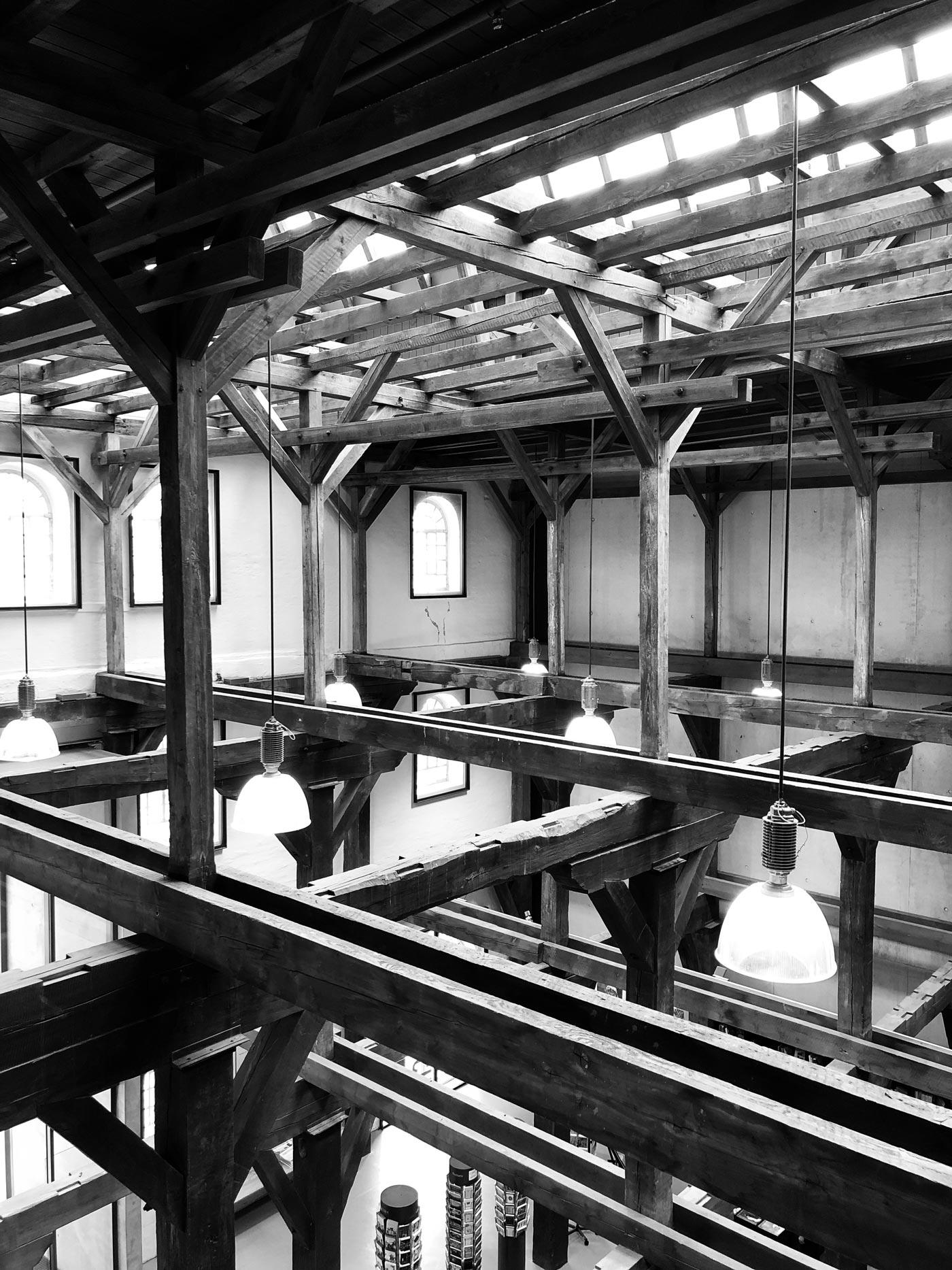 Schwarzweiß-Bild eines Innenraums in einem alten Getreidespeicher