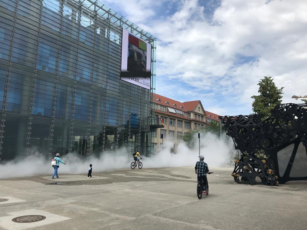 Zentrum für Kunst und Medien in Karlsruhe mit Nebel und Skulptur