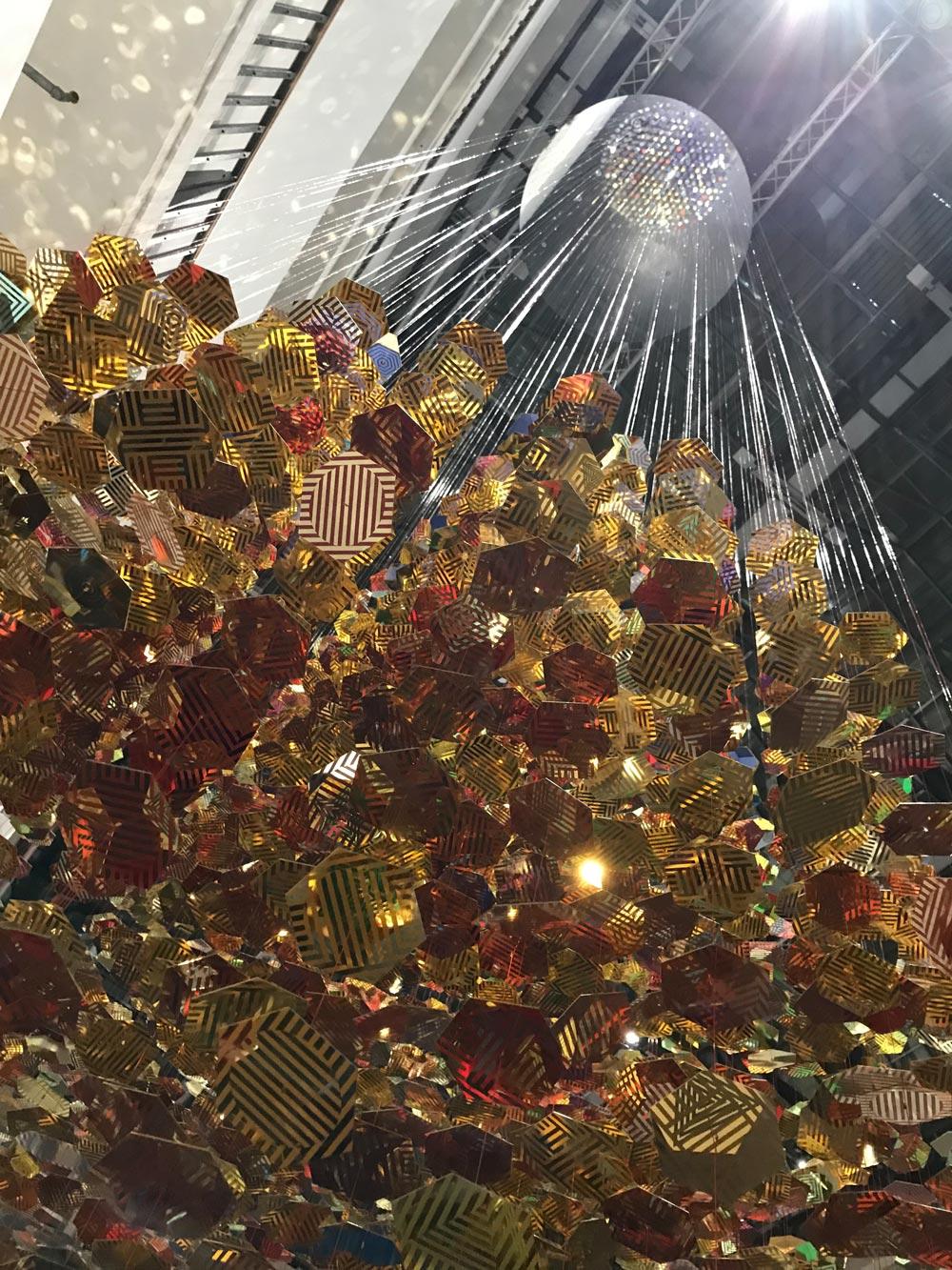 große Kugel, geformt aus vielen kleinen goldenen Metallblättchen, Sicht von unten