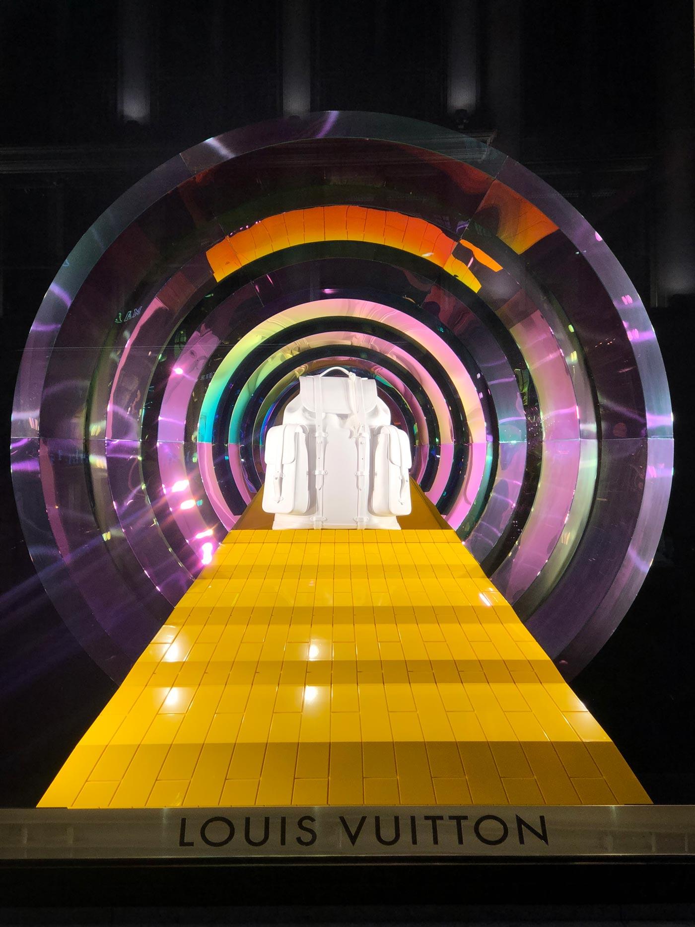 weißer Rucksack in buntem Tunnel