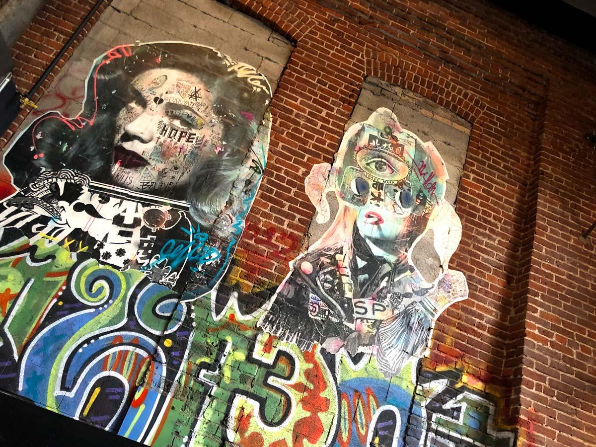 Bildnis zweier Frauen an einer Backsteinfassade
