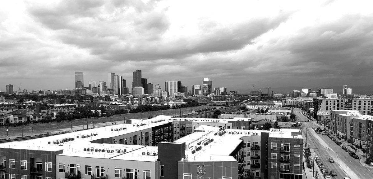 Fotografie einer Großstadt mit Skyline im Hintergrund