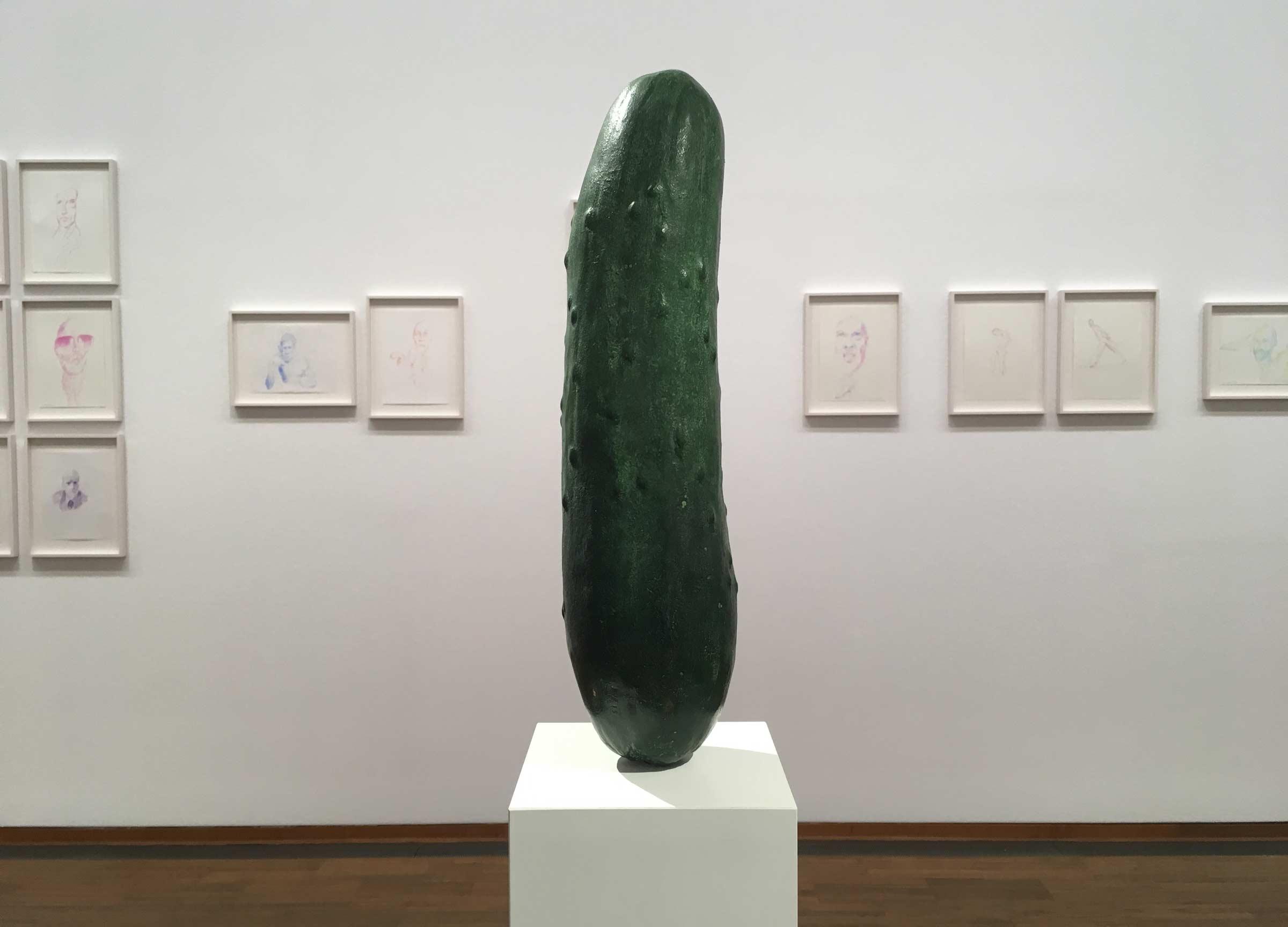 überdimensionierte Essiggurkerl-Skulptur von Erwin Wurm
