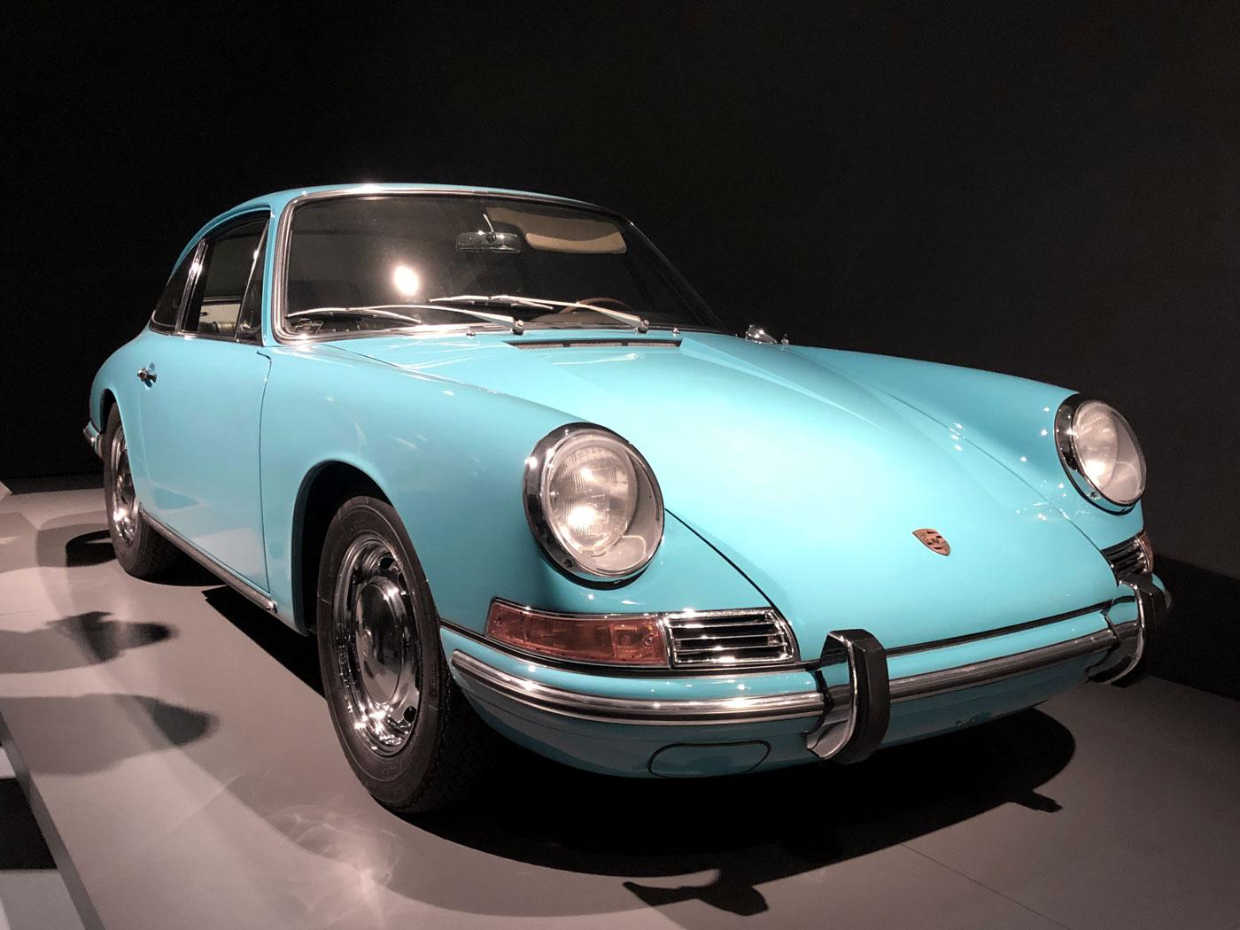 kristallblauer Prosche 911 auf einer grauen Plattform