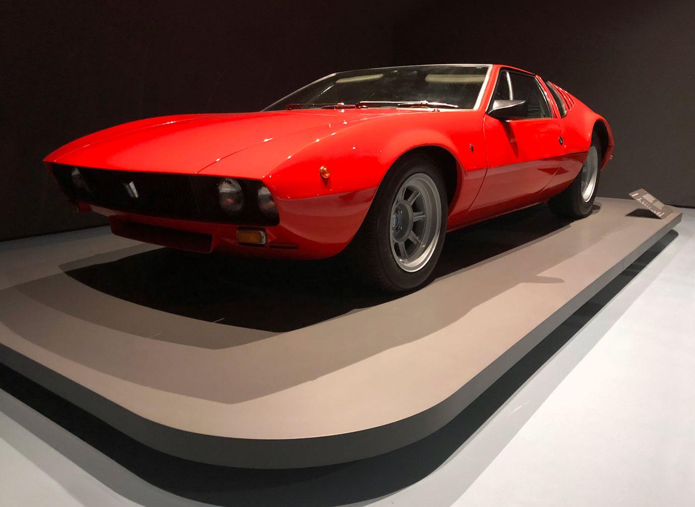 roter De Tomaso Mangusta Sportwagen ausgestellt als Kunstwerk