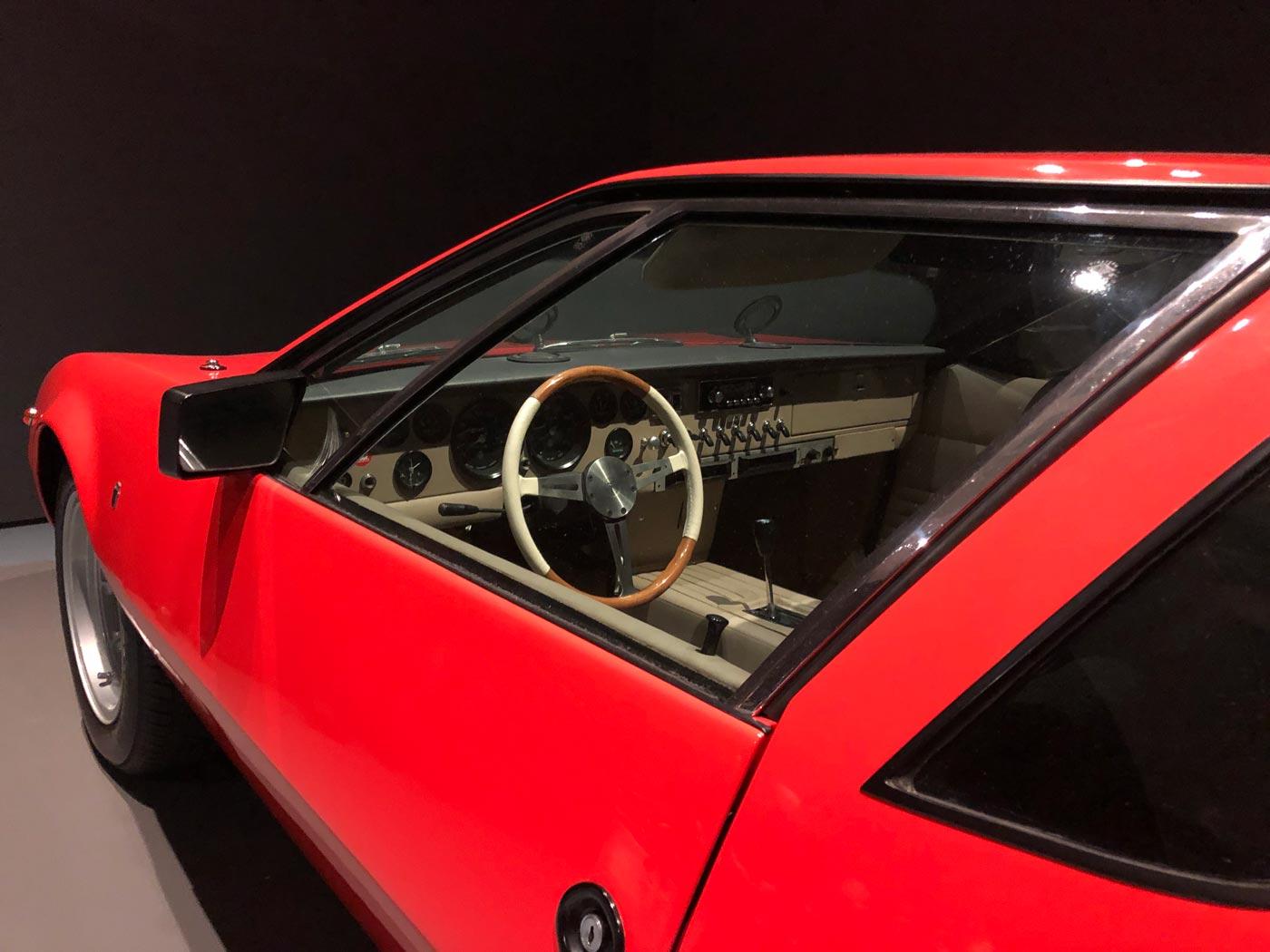 Fahrerseite eines roten Sportwagens