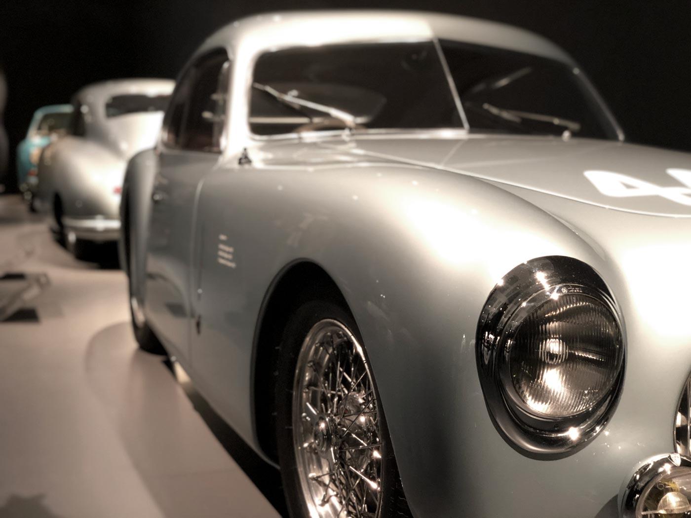 silberner Sportwagen mit weichen Formen