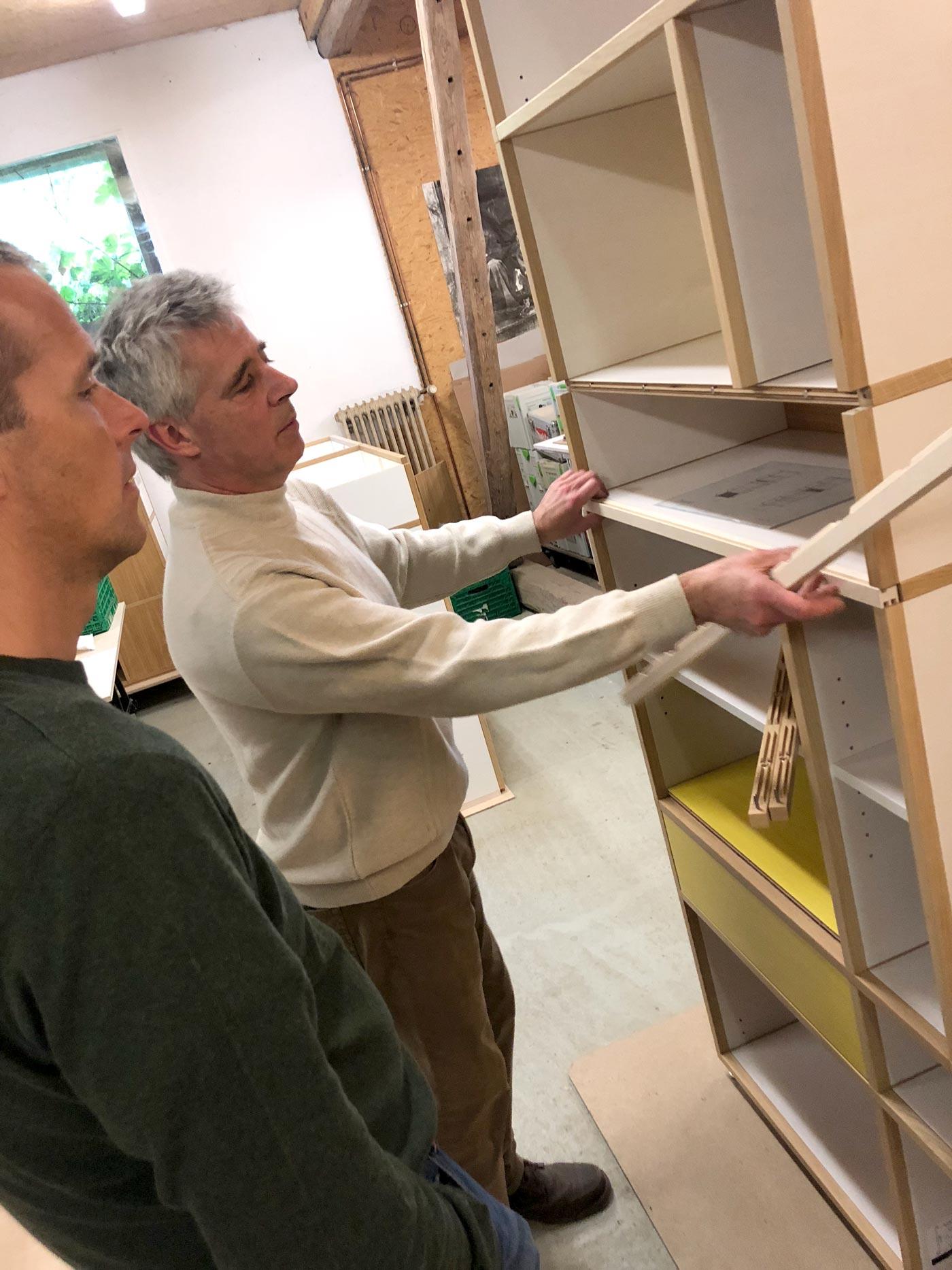 Möbelsystem aus Holz und Magneten