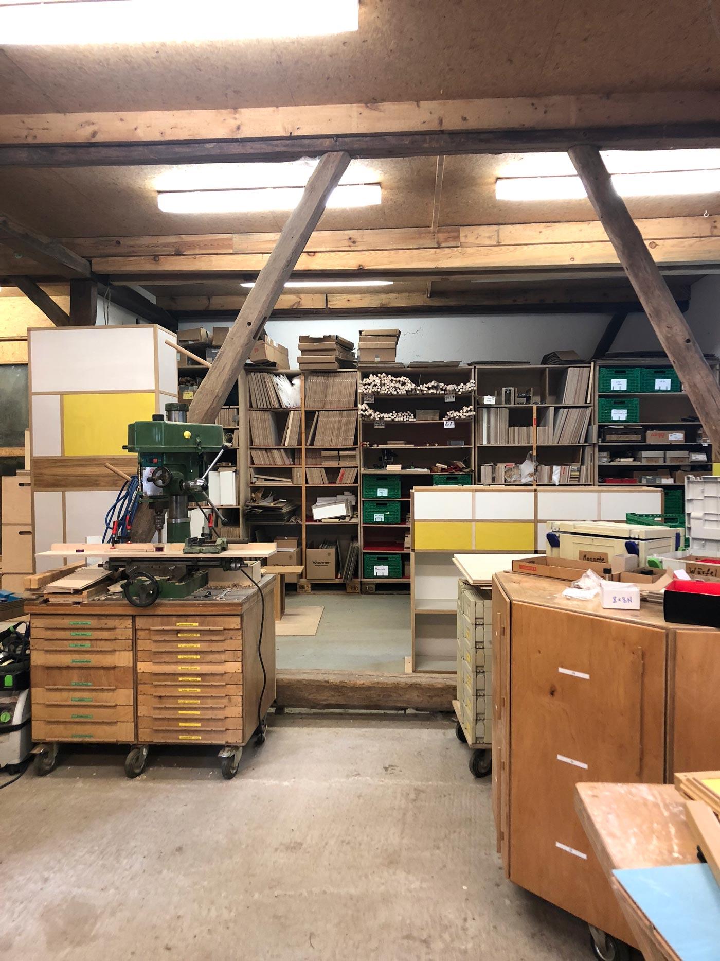 Regal aus bunten Würfeln wird in einer Werkstatt gefertigt