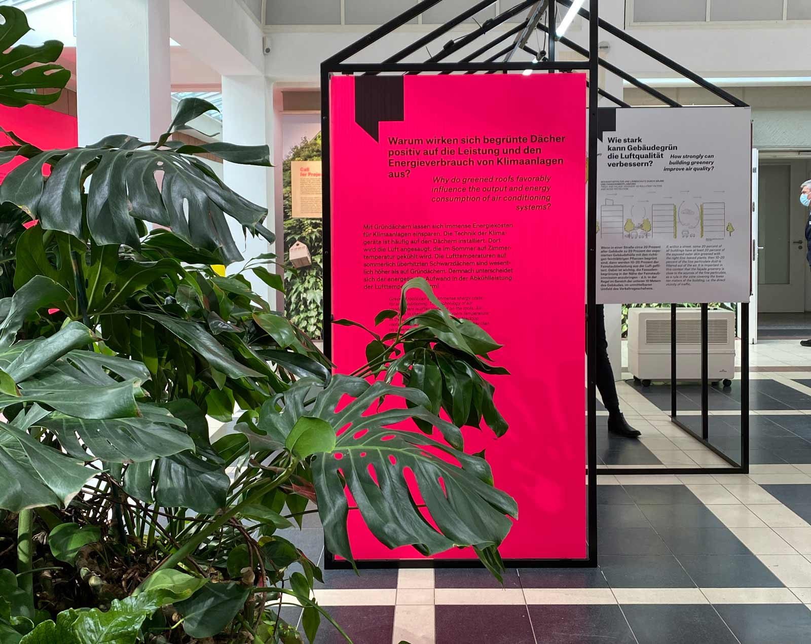 farbenfrohe Ausstellungswand