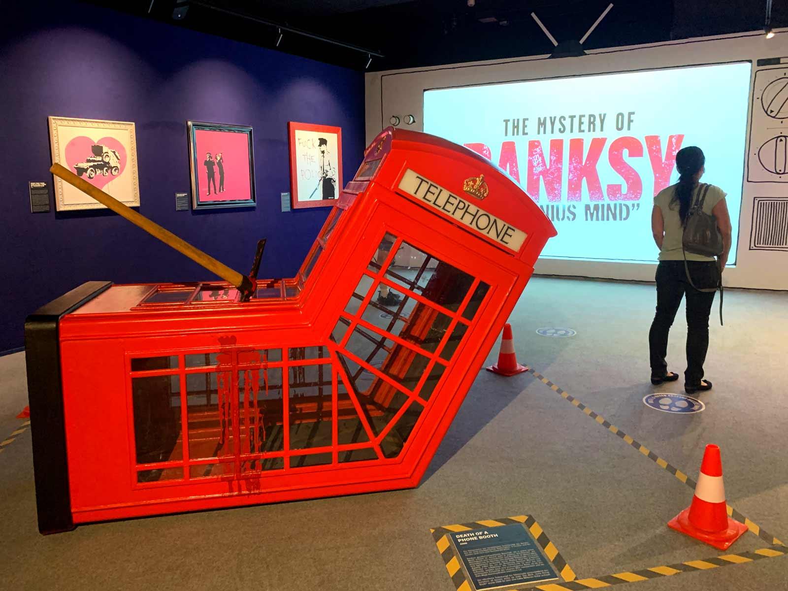 Skulptur einer roten Telefonzelle