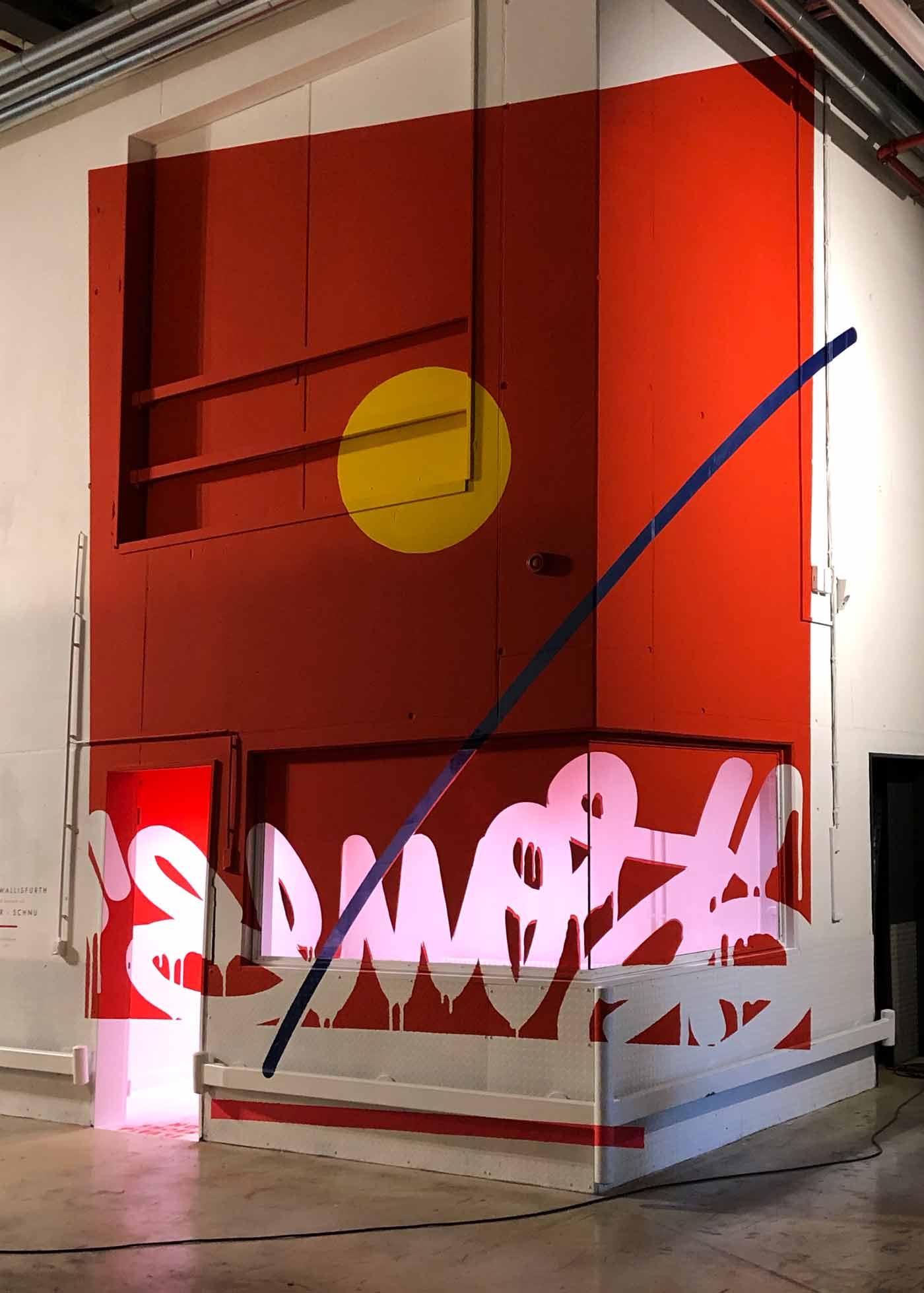 Knallrote Wandkunst über eine Ecke