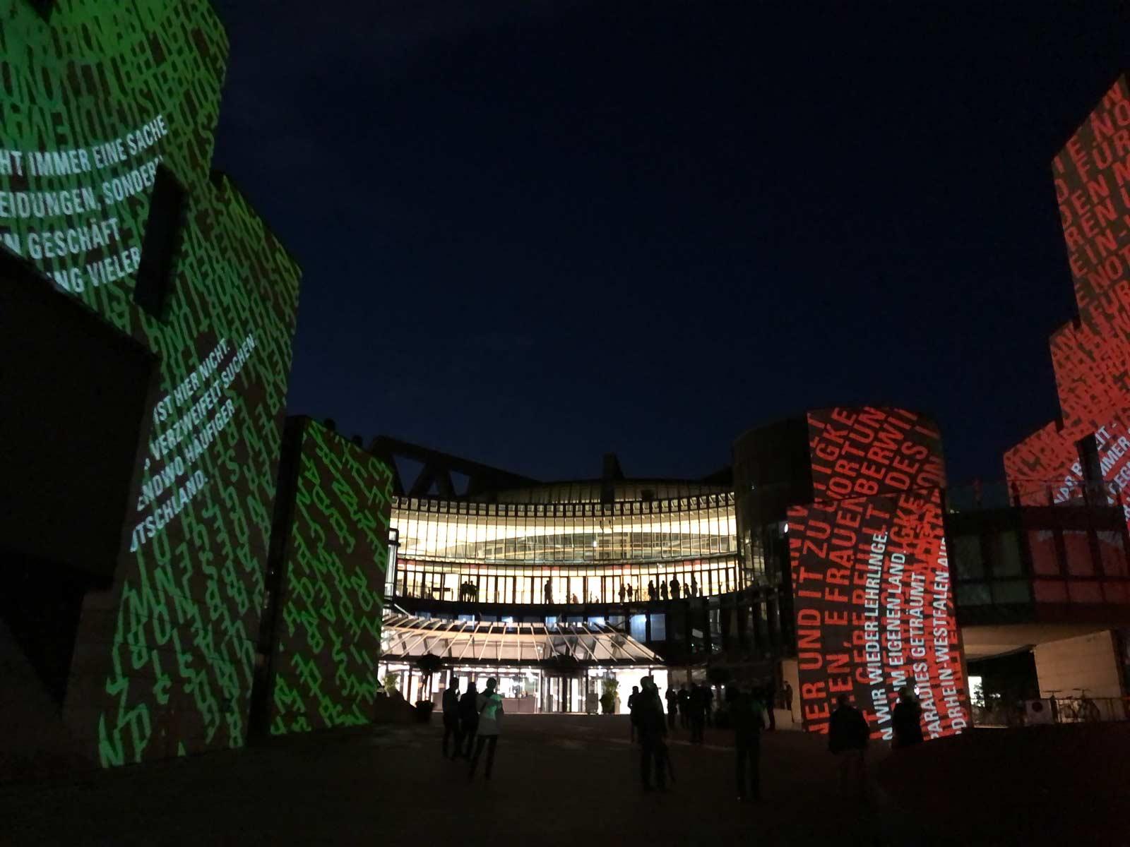 Lichtinszenierung auf Regierungsgebäude